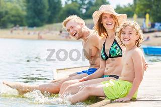 Familie mit Sohn beim Plantschen im Wasser