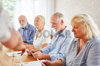 Neugierige Senioren mit Tablet Computer