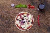 Übersicht über eine Pizza mit Wein
