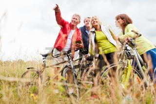Senioren nutzen auf Radtour Smartphone App