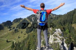 Wanderer freut sich auf dem Berggipfel