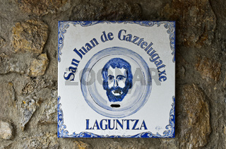 Johannes der Täufer, Keramikfliese an der Kirche auf der Insel San Juan de Gaztelugatxe, Bakio,Spain