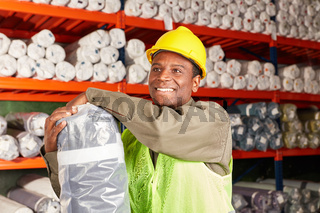 Junger Mann als Logistik Lehrling