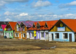 Teehäuser und Fastfood-Restaurants einer Fernfahrerraststätte bei Erdenesant, Mongolei