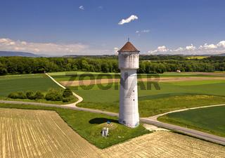 Wasserturm in der Frühsommerlandschaft von Gros de Vaud, Goumoens, Waadt, Schweiz