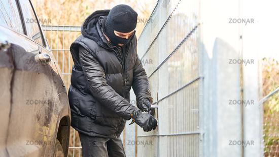 Einbrecher knackt Schloss an Tür