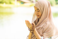 Young woman muslim Duas