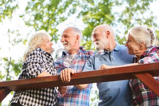 Senioren Paar beim Flirten im Sommer
