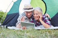 Senioren Paar hat Spaß beim Videochat online