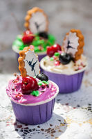 cupcakes with decorative gingerbread