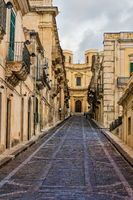 Altstadtgasse mit alten Häusern in Syrakus, Sizilien