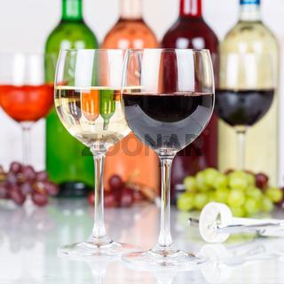 Wein Rotwein im Glas Weintrauben Trauben Quadrat
