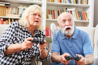 Senioren Paar beim Videospiel Wettkampf