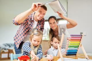 Familie mit Kindern träumt vom Eigenheim