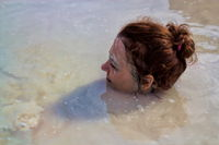 Frau im Schwefelbad auf der Insel Vulcano, Sizilien