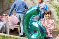 Glücklicher Junge feiert Geburtstag Nummer Sechs