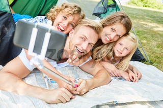 Glückliche Familie macht ein Selfie beim Camping