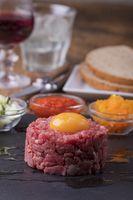 Steak Tartar mit einem Ei auf Schiefer