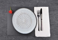 Rote Rose und Gedeck auf Schiefer  - Red rose and table setting on slate