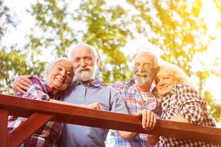 Zwei Paar Senioren in Liebe im Sommer