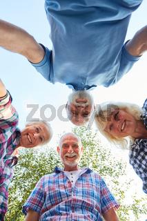 Senioren stehen im Kreis auf einem Ausflug