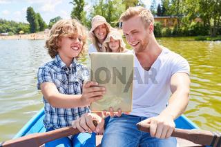 Familie mit Tablet Computer auf einer Bootstour