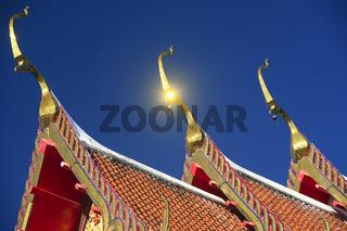 Dachverzierungen und Pagoden mit Spiegellungen der Sonne,  Wat C