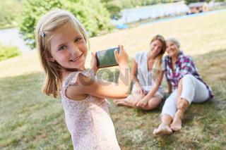 Kleines Mädchen fotografiert mit dem Smartphone