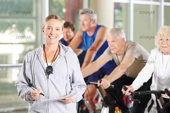 Frau als Trainerin für Senioren im Fitnesscenter
