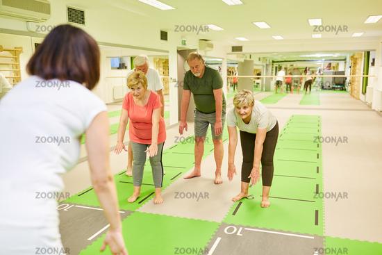 Senioren Gruppe macht gesundes Rückentraining