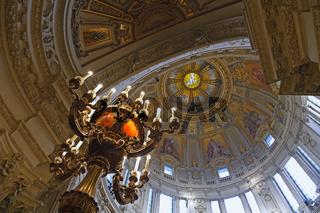 Blick in die Kuppel und historische Kandelaber,  Berliner Dom, B