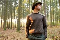 Förster steht im Wald als Naturschutz Konzept