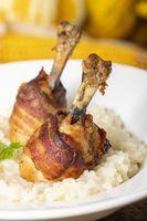 Hühnerbeine mit Speck auf Risotto