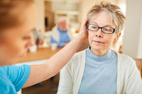 Senior Frau mit Demenz wird getröstet