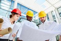 Architekten Team mit Bauplan im Städtebau