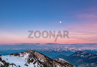 Blick vom Gipfel des Wendelstein auf die Alpen bei Vollmond