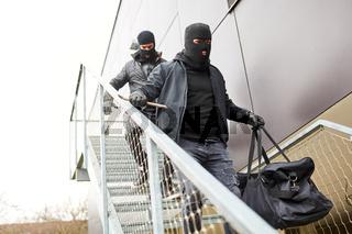 Einbrecher flüchten über Treppe aus Büro mit Beute