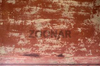Abblätternde tonfarbene Wandfarbe