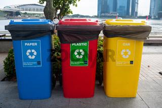 Singapur, Republik Singapur, Bunte Muelltonnen fuers Recycling in Marina Bay