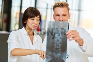 Junge Medizin Studentin analysiert ein Röntgenbild