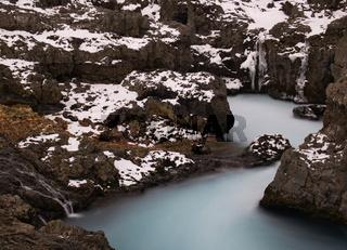 Eine Langzeitbelichtung vom Barnafoss Wasserfall