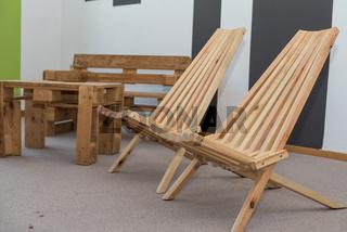 rustikale Holzmöbel - Tisch, Klappsessel und Sitzbank