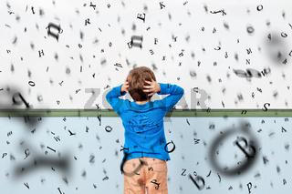 Kind mit Dyslexie vor Whiteboard in Schule