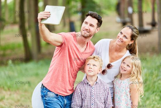 Familie macht Selfie im Urlaub im Sommer