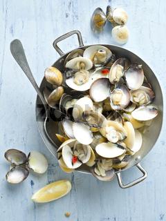 rustic italian vongole clams in white wine sauce