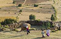 Bauernfamilie auf dem Heimweg von der Feldarbeit