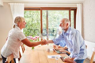 Senior Mann begrüßt Pflegedienst Frau