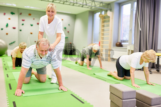 Senioren bei Rückenschule mit Physiotherapeut