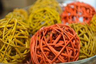 farbiges Weidengeflecht in Form von dekorativen Kugeln - Nahaufnahme