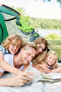 Eltern und Kinder im Zelt im Sommer Urlaub
